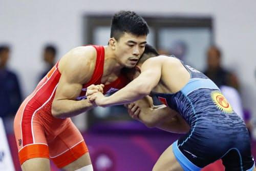 男子グレコローマン60キロ級決勝 キルギス選手と対戦する文田健一郎(19日、ニューデリー)=共同