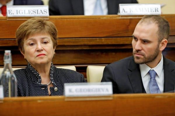 IMFのゲオルギエバ専務理事(左)とアルゼンチンのグスマン経済相(5日、バチカン)=ロイター