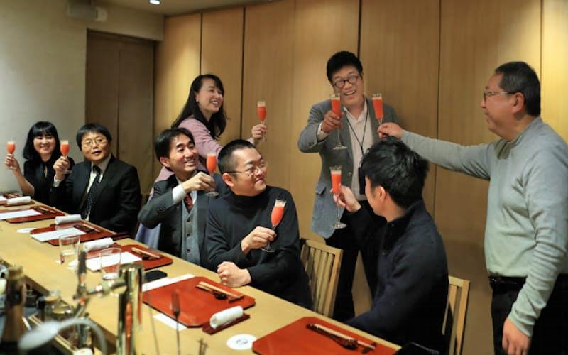 下戸の人たちが集まり、アルコールなしの食事を楽しむ。食事の前に、ノンアルコール版「レオナルド」で乾杯。右から3人目が「ケコナイト」を企画したレオス・キャピタルワークスの藤野英人社長(神奈川県鎌倉市)