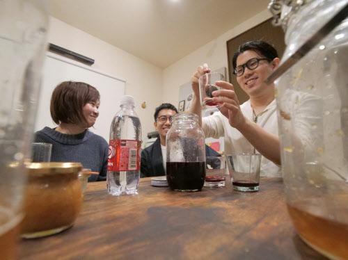 自家製のシロップを炭酸で割って飲み会を楽しむ人たち(東京都大田区)