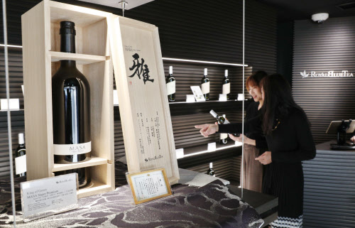 1本30万円で木箱入りで販売されるワインボトル入りのお茶(東京都港区のロイヤルブルーティー六本木ブティック)