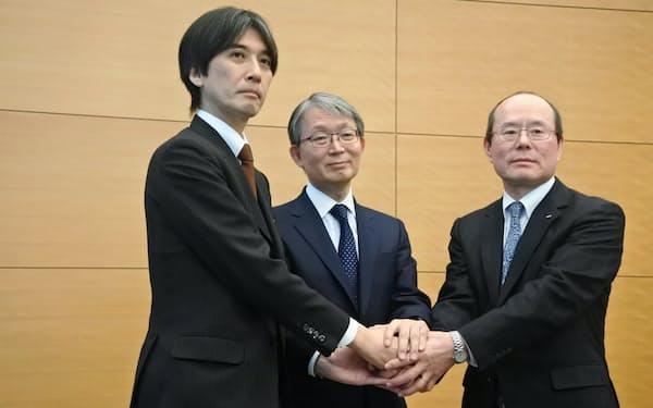 記者会見には読売新聞東京本社の山口寿一社長(中央)らが出席した