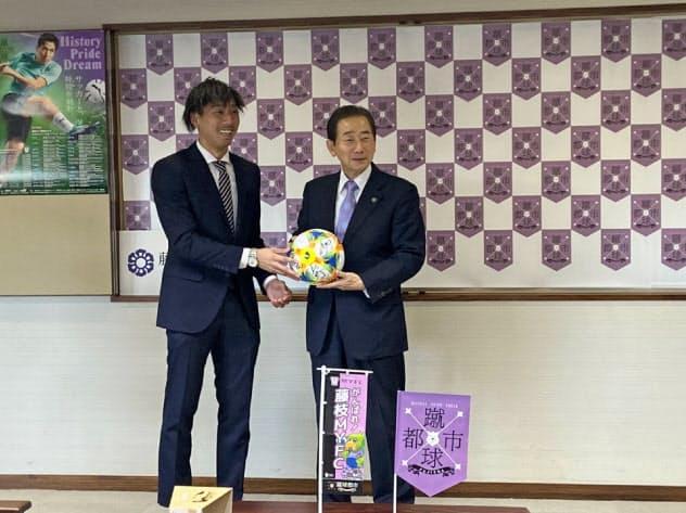 藤枝市の北村正平市長(右)に2019年シーズンの結果を報告した藤枝MYFCの杉本拓也選手(2019年12月12日)