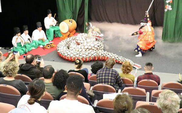 公演は市中心部で開催される