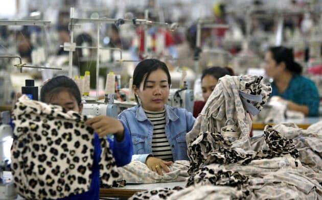 カンボジアは総輸出額の7割が縫製業で占められている(カンダル州)=ロイター