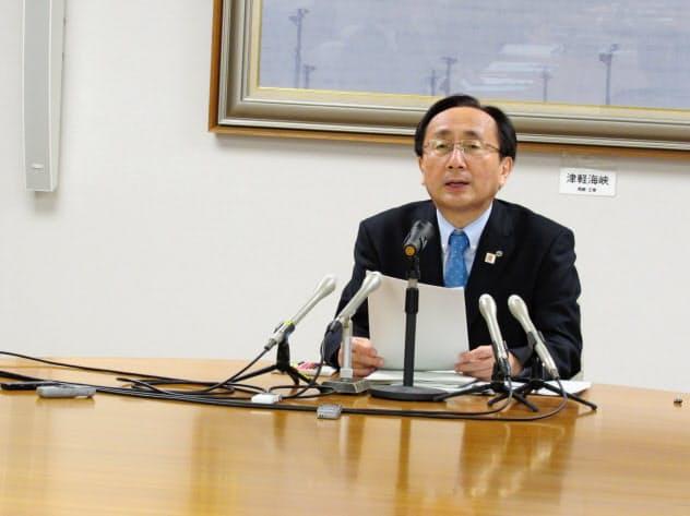 記者会見する三村知事(20日、青森県庁)