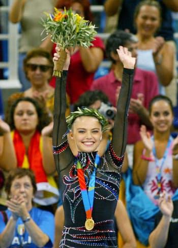 念願の金メダルをとり、笑顔で歓声に応えるカバエワ=ロイター