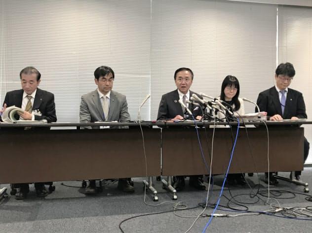 県外の医療機関から感染者の受け入れを拒否されるケースがあることも明かした(20日、神奈川県庁)