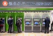 恒生銀行など香港の地場銀行には逆風が続く=AP
