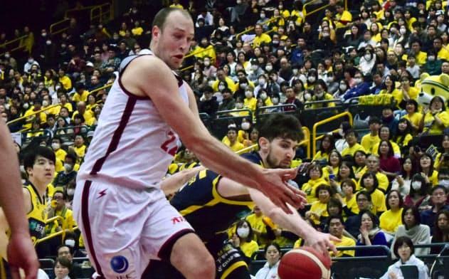 帰化選手同士でボールを争うファジーカス(左)とロシター。共に代表入りを狙う。