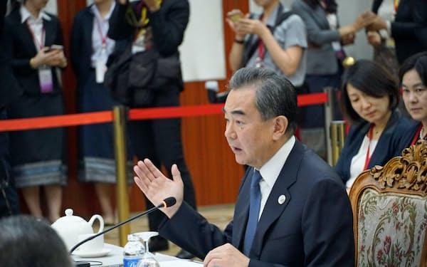 ASEANとの新型肺炎特別外相会合で発言する中国の王毅外相(20日、ビエンチャン)