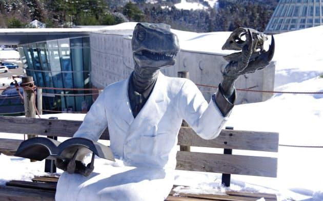 恐竜博物館の丘の上に設置されたオリジナルの恐竜博士