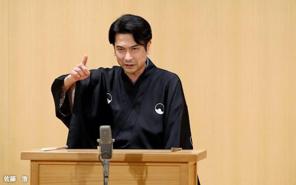 笑いも交えつつ、歴史の生み出すロマンを伝えた講談の旭堂南龍=佐藤 浩撮影
