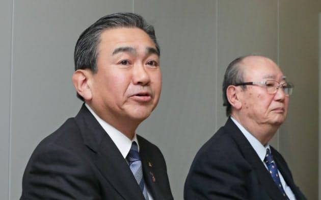記者会見するレンゴーの川本氏(左)と大坪氏(20日、大阪市)