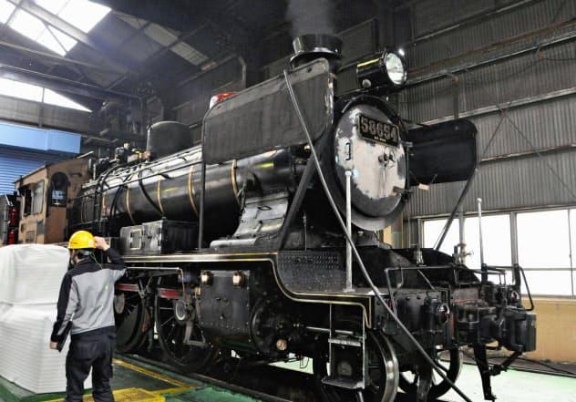整備中の「SL人吉」(北九州市)