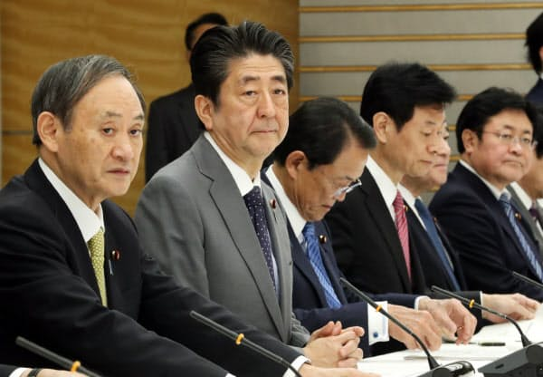 月例経済報告等に関する関係閣僚会議に臨む安倍首相(20日、首相官邸)