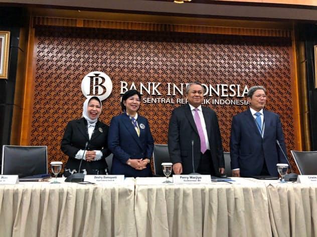 20日、金融政策決定会合後に記者会見するインドネシア中銀のペリー総裁(右から2番目)