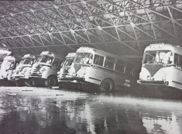 1964年の新潟地震。万代地区に機能集中していたバス基地は甚大な被害を受けた