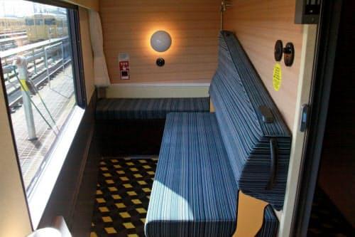 6号車のグリーン個室「プレミアルーム」。背もたれを倒すとベッドに早変わりする