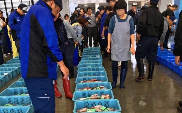 市場には様々な魚介類が並び、買い受け人らでにぎわう(2019年10月、福島県相馬市)