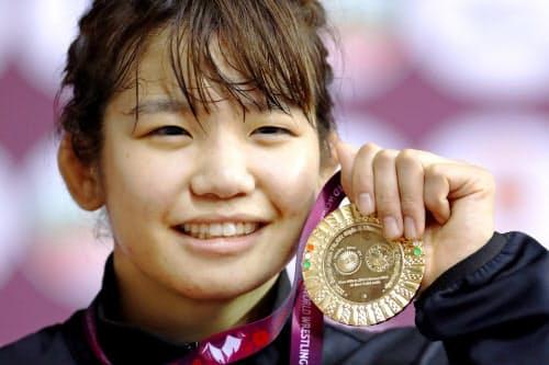 女子50キロ級で優勝し、金メダルを手に笑顔の五十嵐未帆(20日、ニューデリー)=共同