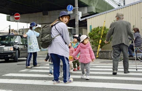 保育園児に注意を払う「たかさき保育園」の保育士(大阪市)=共同