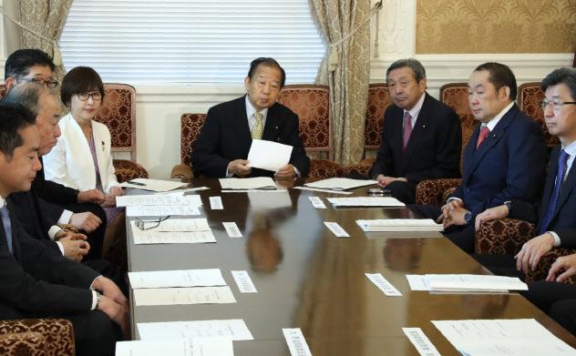 自民党大会の開催について再検討に臨む二階幹事長(中央)ら(21日午前、国会内)