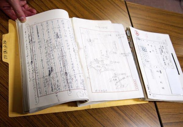 故団藤重光氏が関与した「峰山事件」上告審判決の記録。反対意見の推敲や人物相関図が手書きで残る(14日、京都市伏見区の龍谷大)=共同