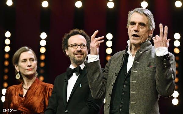 第70回ベルリン国際映画祭の開幕式であいさつするコンペの審査員長ジェレミー・アイアンズさん(右)(20日、ベルリン)=ロイター・共同