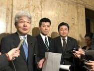 申し入れ後、取材に応じる立民の逢坂政調会長(写真左)