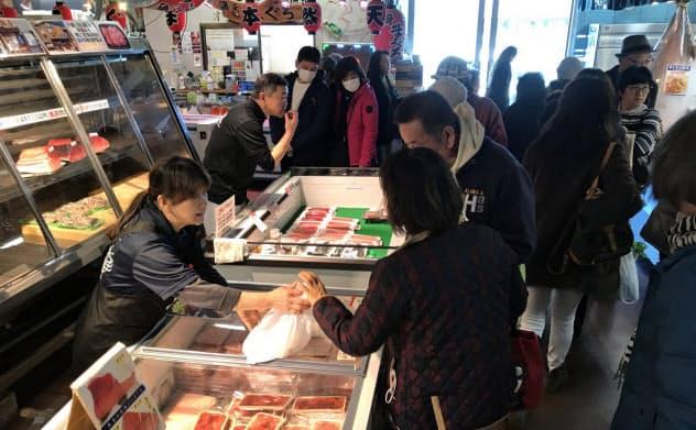 地元の生鮮品などを販売するうらりマルシェには多くの観光客が集まる(三浦市)