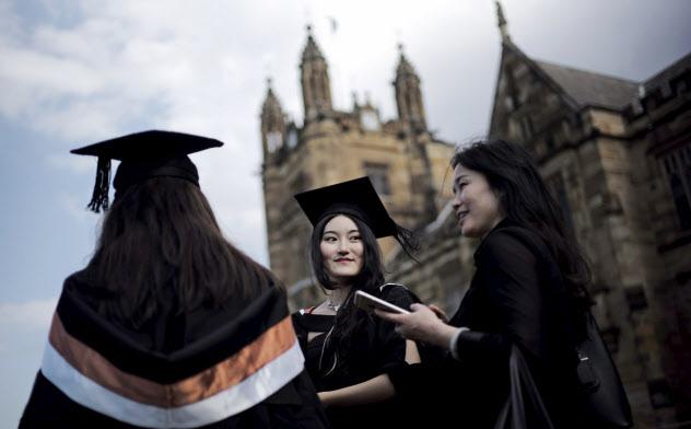 シドニー大学の卒業式。オーストラリアの大学では学生の10人に1人が中国人留学生だ=ロイター