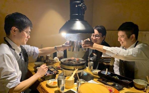 「焼き肉で乾杯!」でもグラスの中身はお茶だ(20年1月、大阪市の三代目脇彦商店本店)