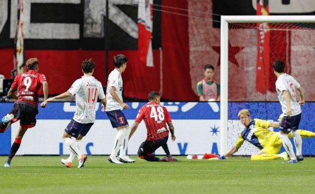 札幌ドームで予定する4試合の開催可否も検討に入っている=共同
