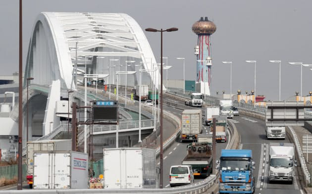 多くのトラックが行き交う夢舞大橋(20日、大阪市此花区)