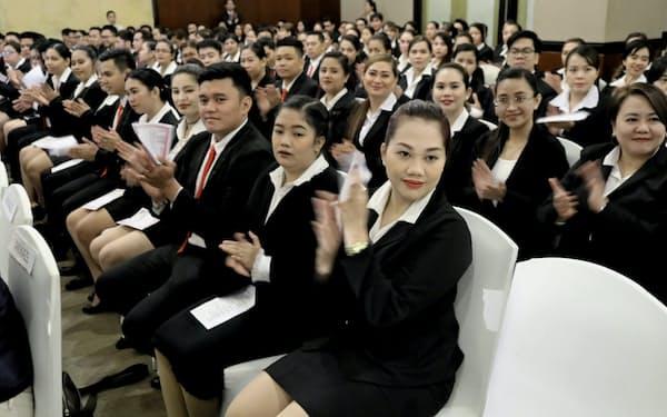 マニラ国際アカデミーの卒業式に出席した特定技能試験の合格者ら(4日、マニラ)=山本博文撮影