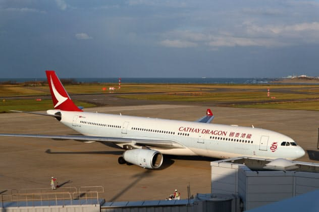 新潟空港に到着したキャセイドラゴン航空の香港便(2019年10月30日、新潟市)