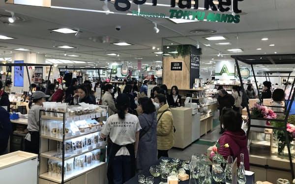 2階部分を大幅に改装した近鉄百貨店草津店には多くの顧客が詰めかけた(21日)