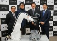 記者会見に出席したJUKIの石橋次郎常務執行役員(左)、クティアの八木貴郎社長(左から2番目)ら(21日、東京・千代田)