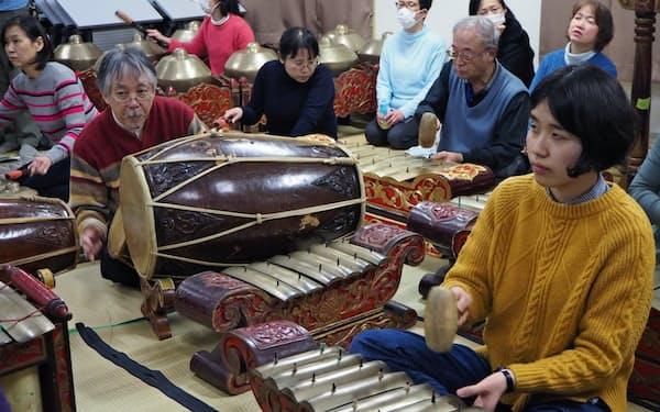 ガムランを演奏する「ダルマ・ブダヤ」のメンバーら