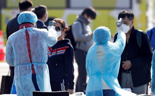 各国・地域が日本への渡航自粛を呼びかけている(横浜市、クルーズ船「ダイヤモンド・プリンセス」下船後に実施された検査)=ロイター