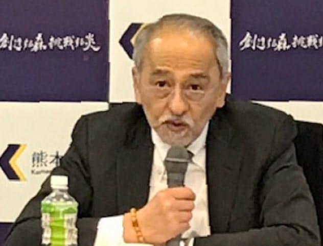 記者会見する熊本大の原田学長
