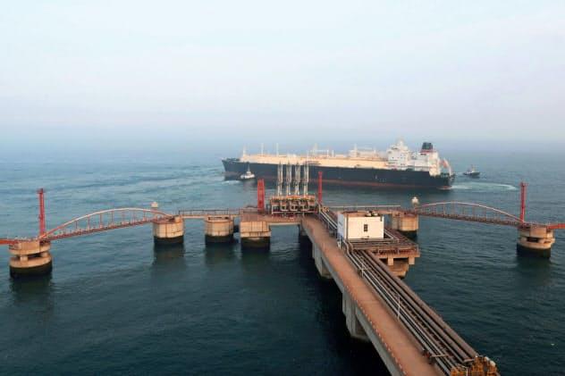 中国の輸入停止を巡る混乱でLNG価格は大幅に下落(大連沖のLNGタンカー)=ロイター