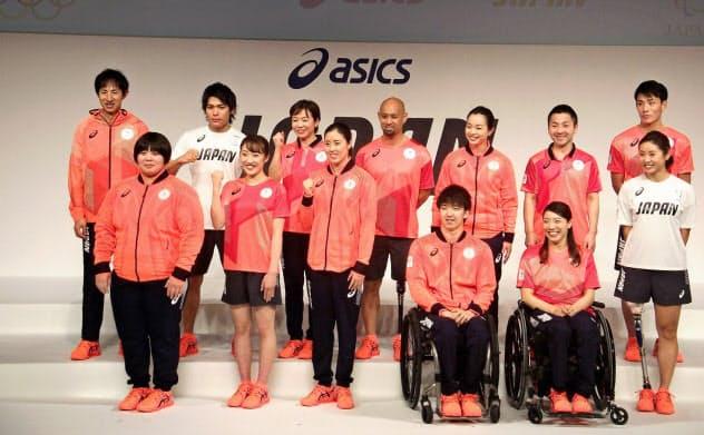 アシックスが提供する公式スポーツウエアを着用する日本選手団(21日、東京都内)
