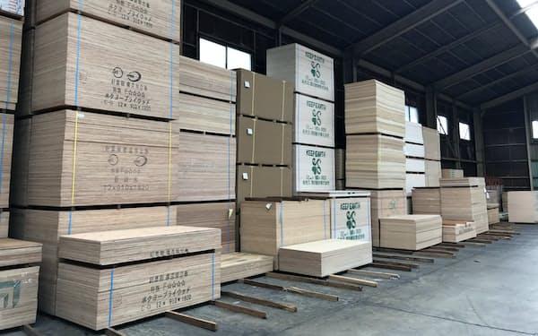 南洋材の輸入合板の対日輸出価格は値上がりが続いている(東京都江東区にある合板倉庫)