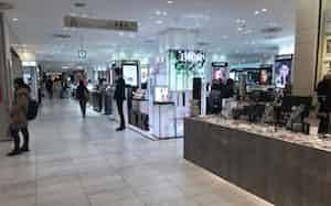 百貨店の売り場でも客数の減少が目立つ(都内の百貨店)