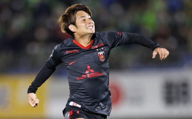 湘南―浦和 後半、決勝ゴールを決め、跳び上がって喜ぶ浦和・関根(21日、BMWスタジアム)=共同