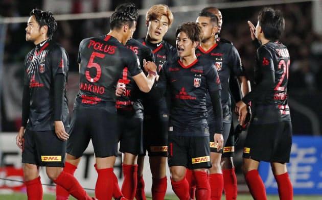 湘南に勝利し、喜ぶ関根(中央)ら浦和イレブン(21日、BMWスタジアム)=共同