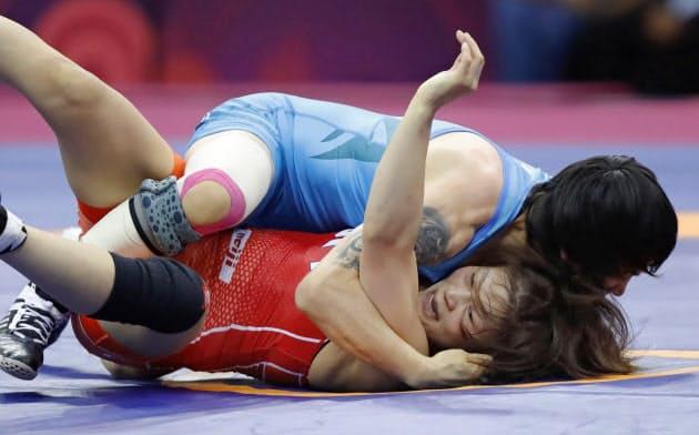女子53キロ級決勝 カザフスタン選手(上)にフォール負けした向田真優(21日、ニューデリー)=共同
