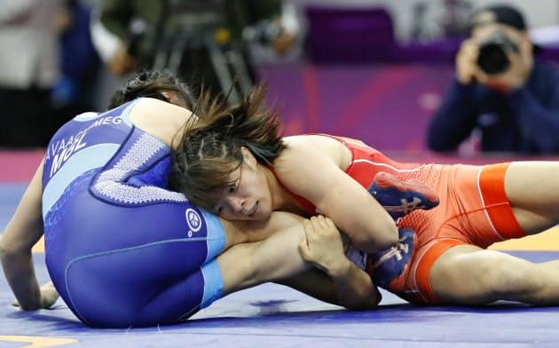 女子57キロ級決勝 モンゴル選手(左)を攻める川井梨紗子(21日、ニューデリー)=共同